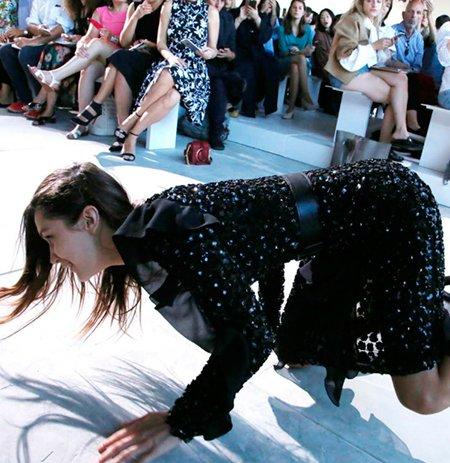 El feroz porrazo de la guapa modelo top Bella Hadid en desfile de Michael 4ebd8cabc9