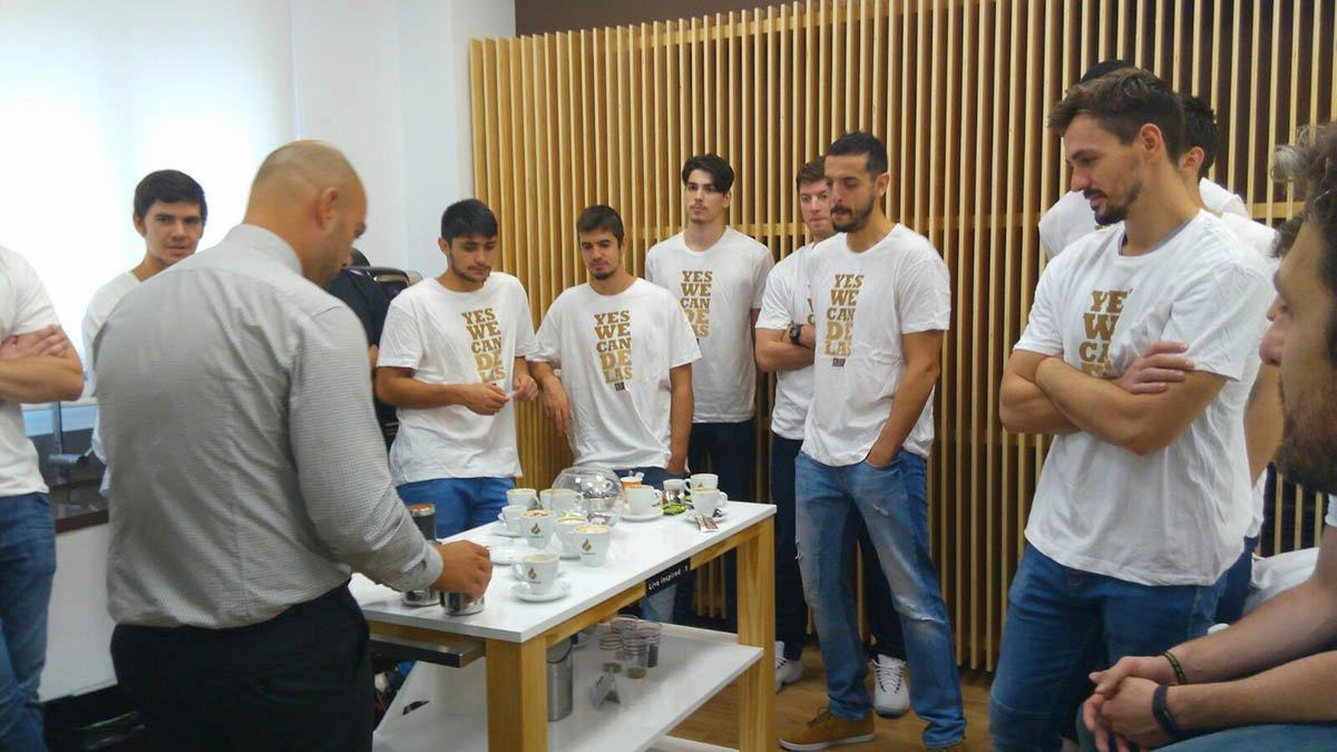 #CandelascoBreo Renovamos patrocinio del @CBBreogan. Para celebrarlo nos tomamos un café con la plantilla. https://t.co/txSsHxYTlM