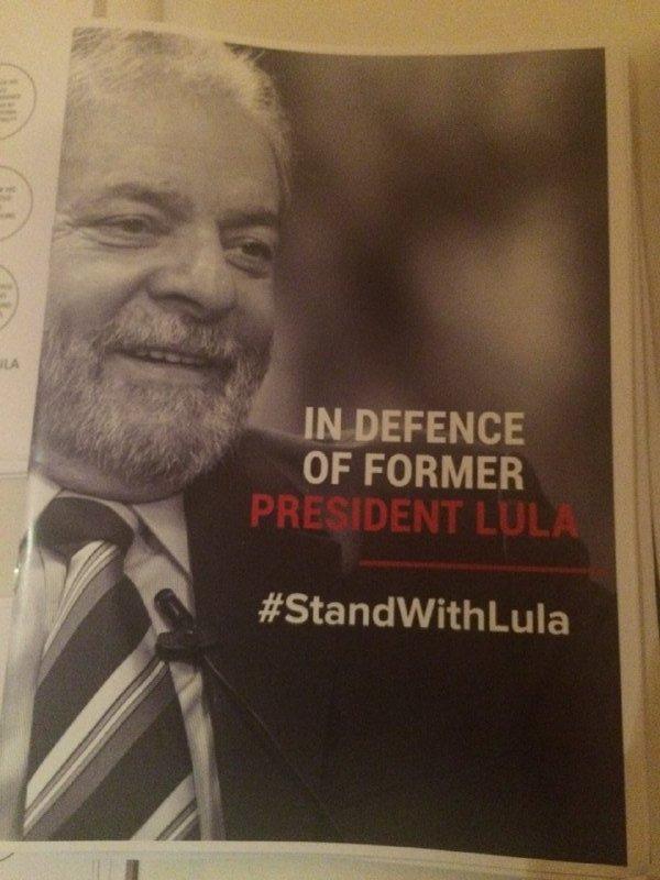 Material distribuído por #StandWithLula hoje em NY, por Gabriele de Souza, especial para os Jornalistas Livres via @j_livres https://t.co/LRgeVpcqJQ