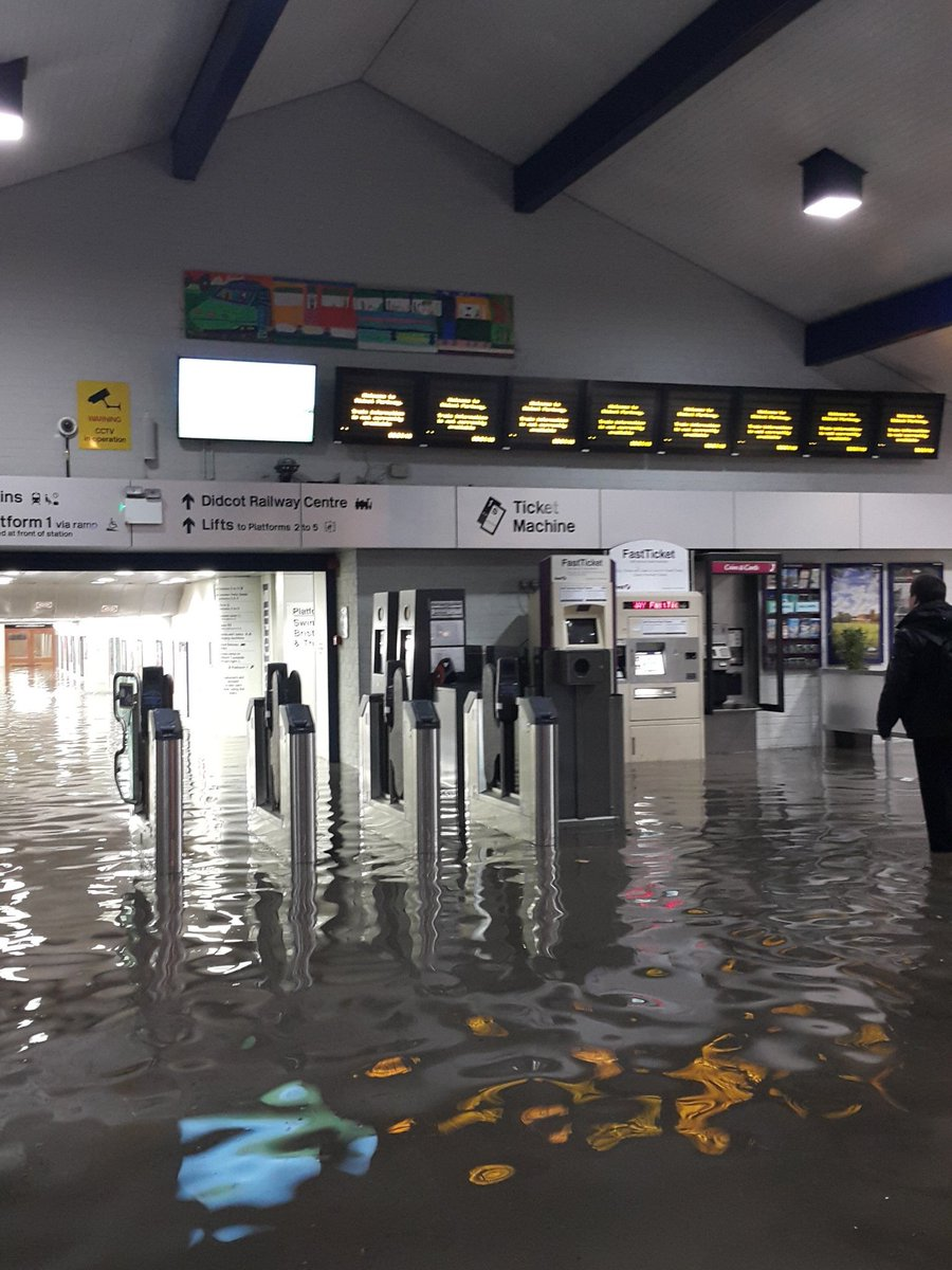 Flooding at Didcot Parkway is causing disruption this morning. Photo from @kon23uk https://t.co/pfGyuKqV9r