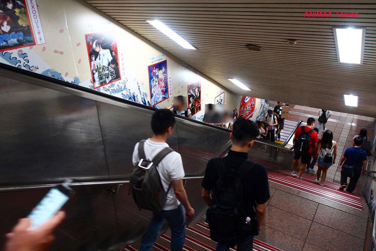 【台湾メトロジャック】アニメ「ヤング ブラック・ジャック」のメトロジャックは、車内だけじゃなく駅のエスカレーターにも!