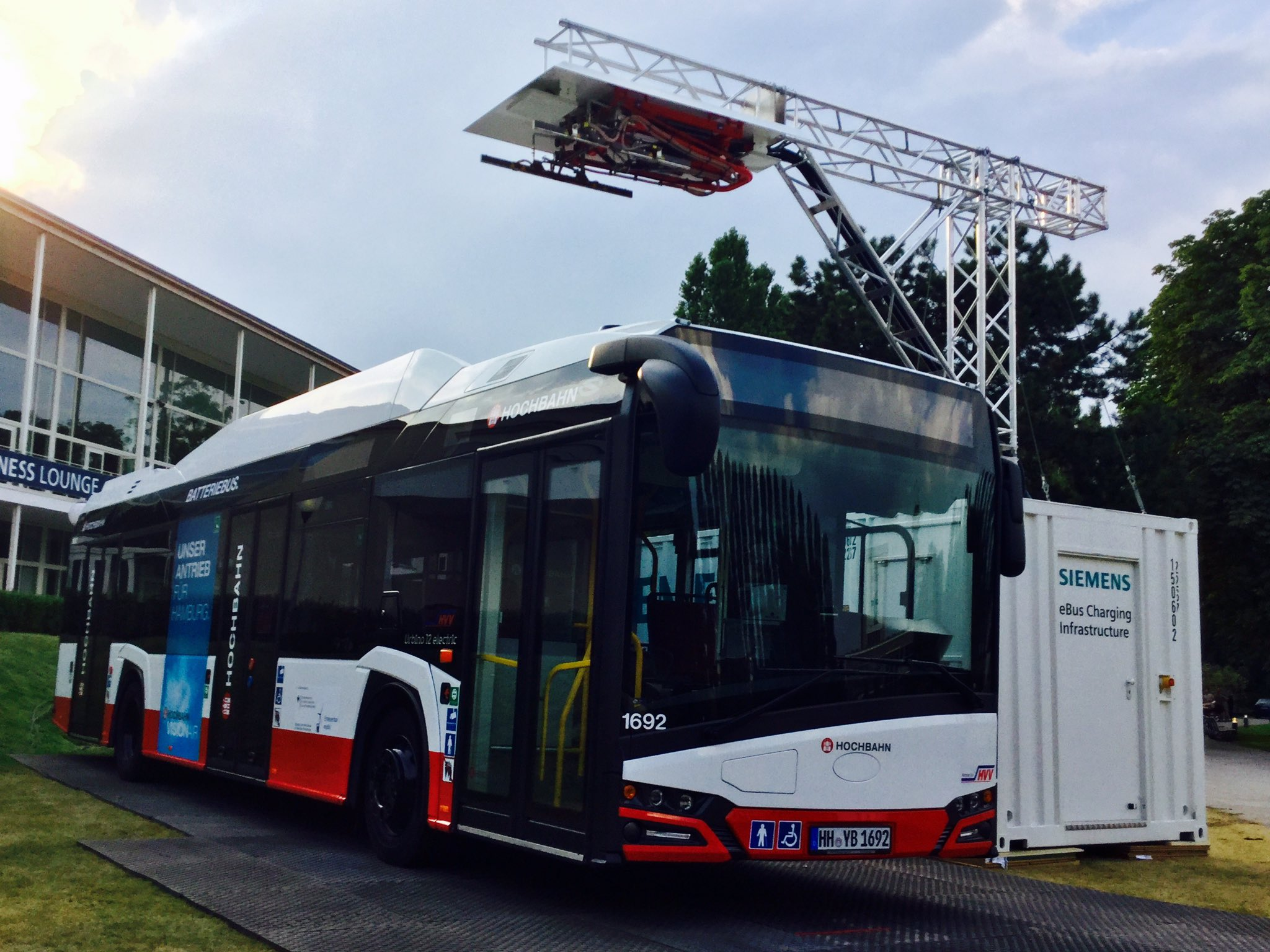 In collaboration at #InnoTrans2016 @SiemensMobility and @SOLARISBUSCOACH at #BusDisplay https://t.co/NyiqhjYgFl
