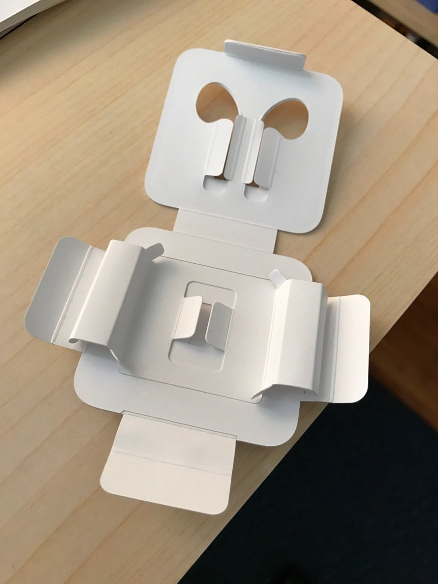 No headphone jack, but Apple does include an adorable papercraft robot with every iPhone 7. https://t.co/tSAOrlmHRu