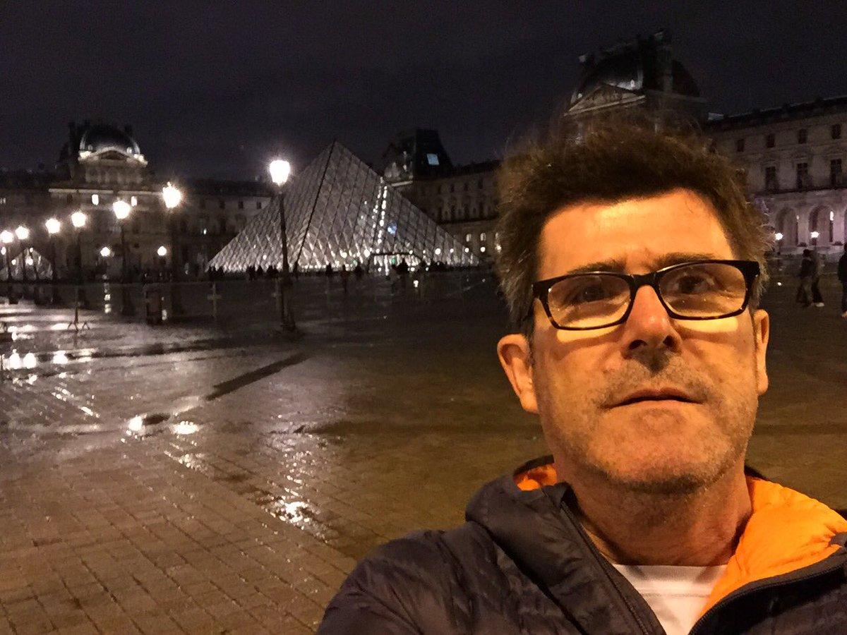 Increíble el poco ambiente dieciochero en Paris. Ni una bandera, ni una guirnalda. Una pena @marcosimu @faravena https://t.co/9VHgjz8bwI