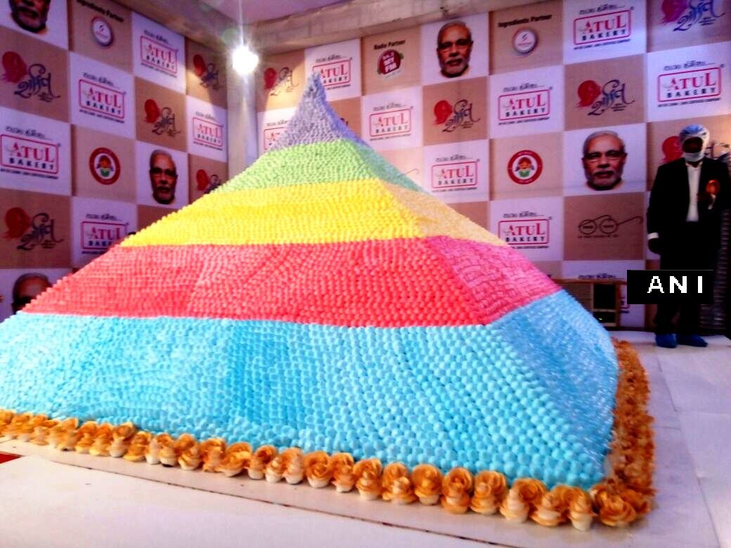 Surat Worlds Biggest Cake Weighing 3750 Kg Has Been Made For Pm
