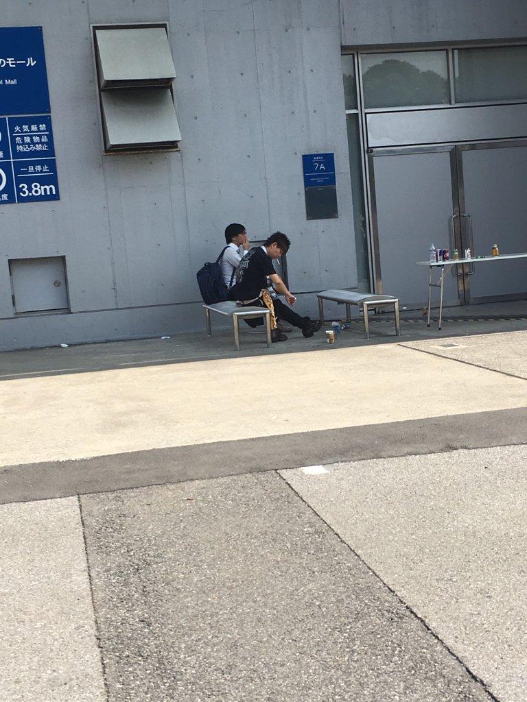 喫煙者は日本語が読めない! 近くに火気厳禁と書いてありながら、堂々と煙草を吸う人間のクズです。 ちなみにこの小汚い男は吉田直樹というスクウェア・エニックスの責任者で、「昨日は吸っていい場所だった」とまさかの言い訳で謝罪なし! https://t.co/UjxBjq1dgu