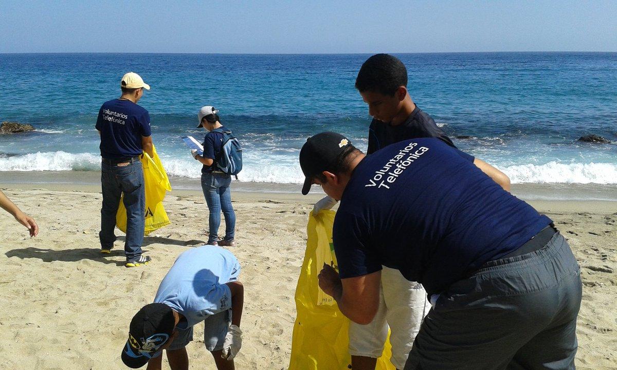 Hoy #DiaMundialDeLasPlayas  nuestros #VoluntariosTelefónica participan en una jornada de limpieza junto a @FUDENA https://t.co/9VZE1chv9L