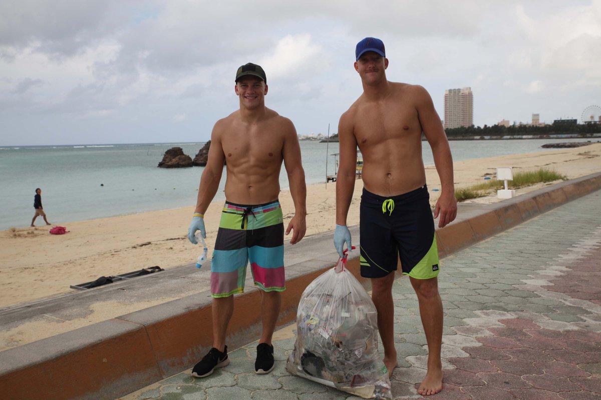 沖縄県北谷町のアラハビーチで今朝、海兵隊員によるビーチクリーンがあると聞いてビーチ―に来てみると、天気が悪かったせいか誰もいませんでした。あきらめ掛けて帰ろうとすると、二人のアメリカ人が大きなゴミ袋を担いで向こうから歩いてきました。 https://t.co/YzP1L89jxs
