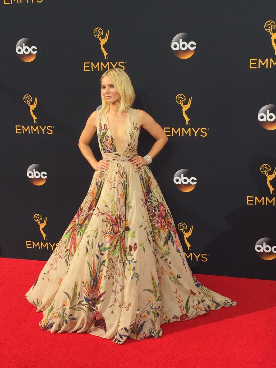 Kristen Bell is absolutely FLAWLESS #Emmys2016 https://t.co/bEqT7MNUua