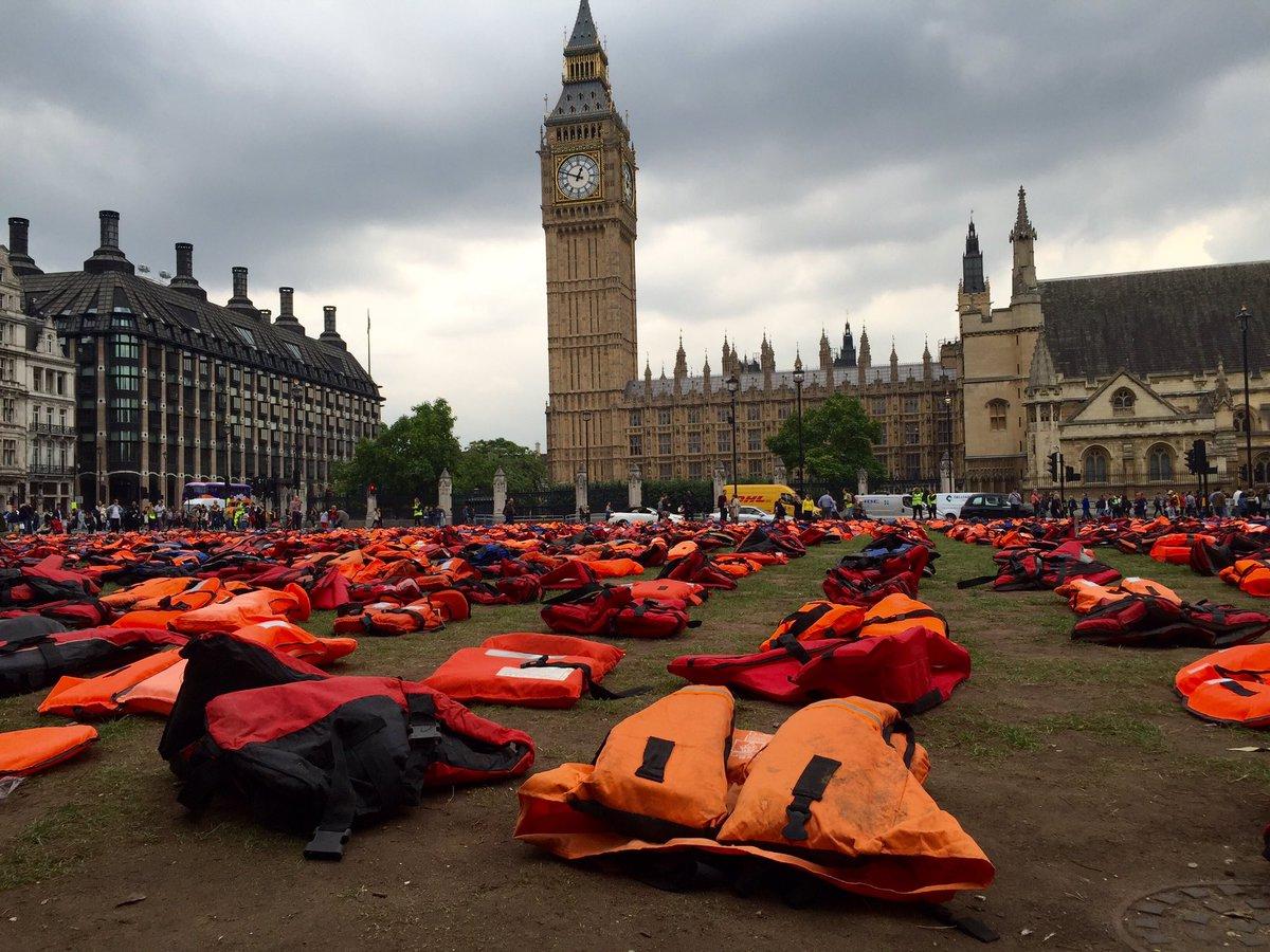 #Londres  2,500 salvavidas de refugiados que cruzan el mar huyendo de guerras.11 mueren diario.Foto @Horacio_Staines https://t.co/hI6aVWA74O