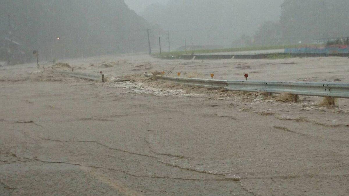 【台風情報】佐那河内村下の根郷集会所近くで国道438号が冠水 https://t.co/UMl3nI8HJ0