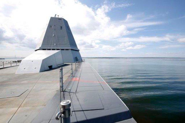 新しく出来た海釣り公園です・・・と言われても、何の疑問も浮かばない駆逐艦ズムウォルトの甲板。 https://t.co/Y131HWB6Ne