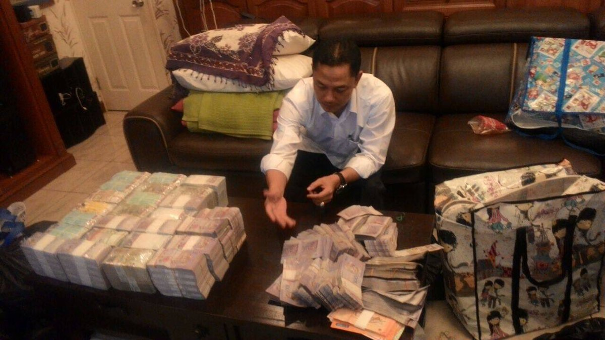 Wang RM10 juta yang dirampas SPRM daripada pegawai kanan sebuah jabatan kerajaan Sabah semalam. https://t.co/bLiF2dXZjX