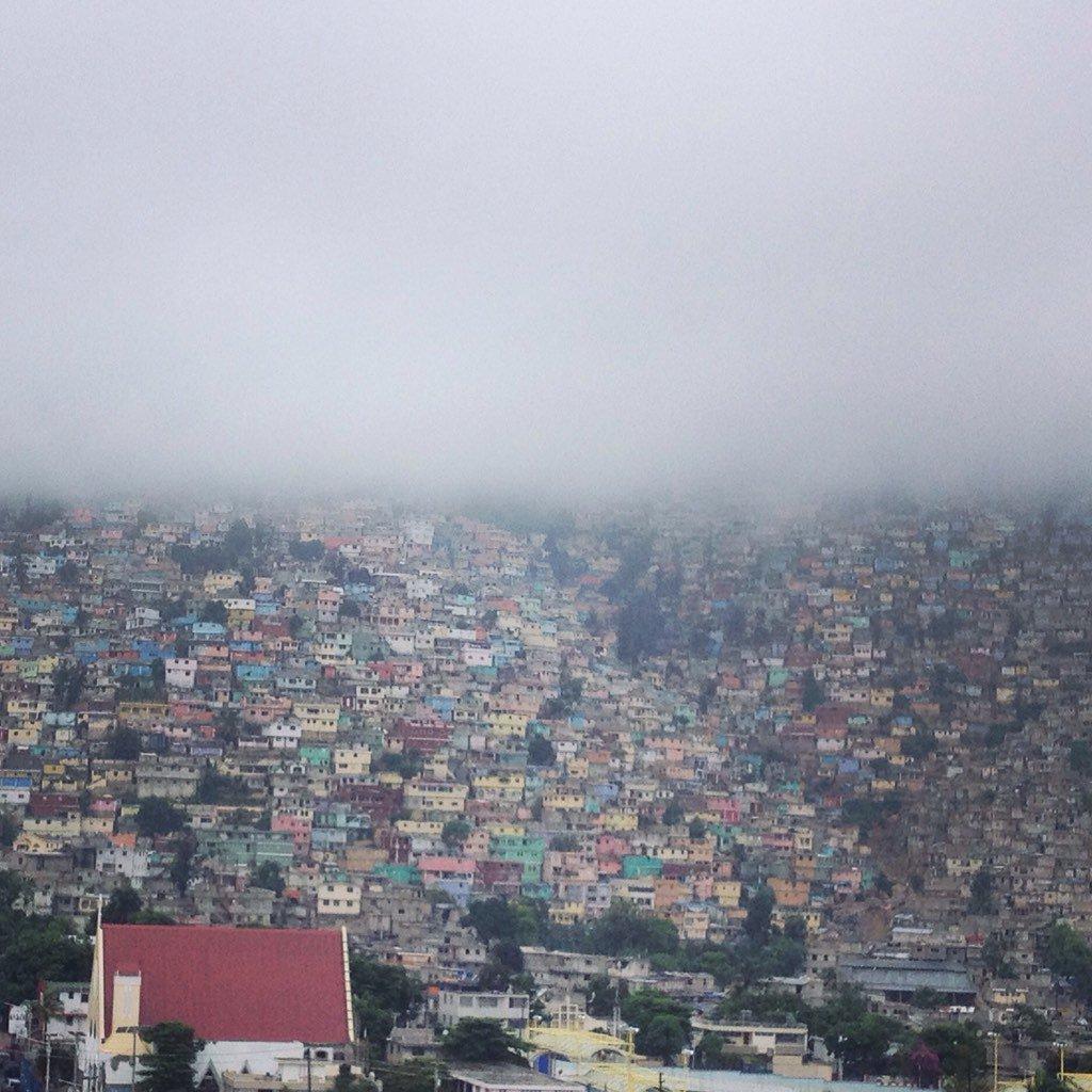 Le quartier Jalousie disparaît sous les effets du cyclone #Matthew qui s'approche d'#Haiti. https://t.co/QCQCqitbf0