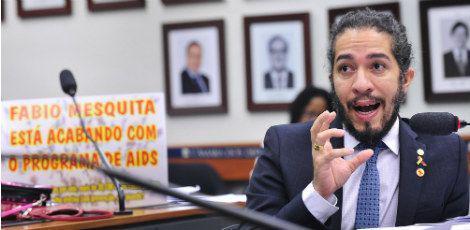 Jean Wyllys responderá a processo por tentar cuspir em Bolsonaro https://t.co/maIlypxpfq https://t.co/BPhpIPRu52