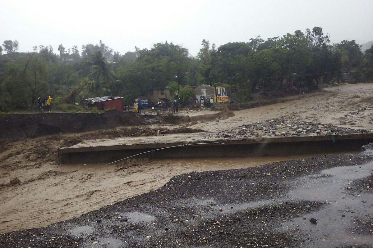 04/10 : La route nationale #2 est coupée à hauteur de Petit-Goâve, où le pont La Digue a cédé ce matin. https://t.co/tIqs87IKfM