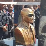 A golden statue of Mandoza on his tombstone #MandozaFuneral https://t.co/vphOPRDcho