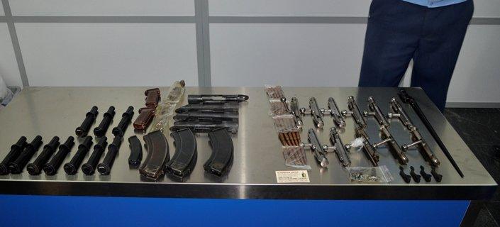 ベラルーシの空港で日本人が武器所持容疑で拘束された件で 押収された物品が公開されました、これどう見えても ア ウ ト ですね https://t.co/kP2FkkyXac