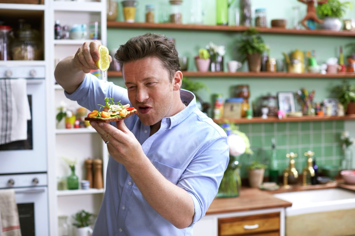 5 MINUTES TO GO!!! #JamiesSuperFood on @Channel4. Make sure you tune in! Enjoy guys xx https://t.co/RfzFkiDBjD