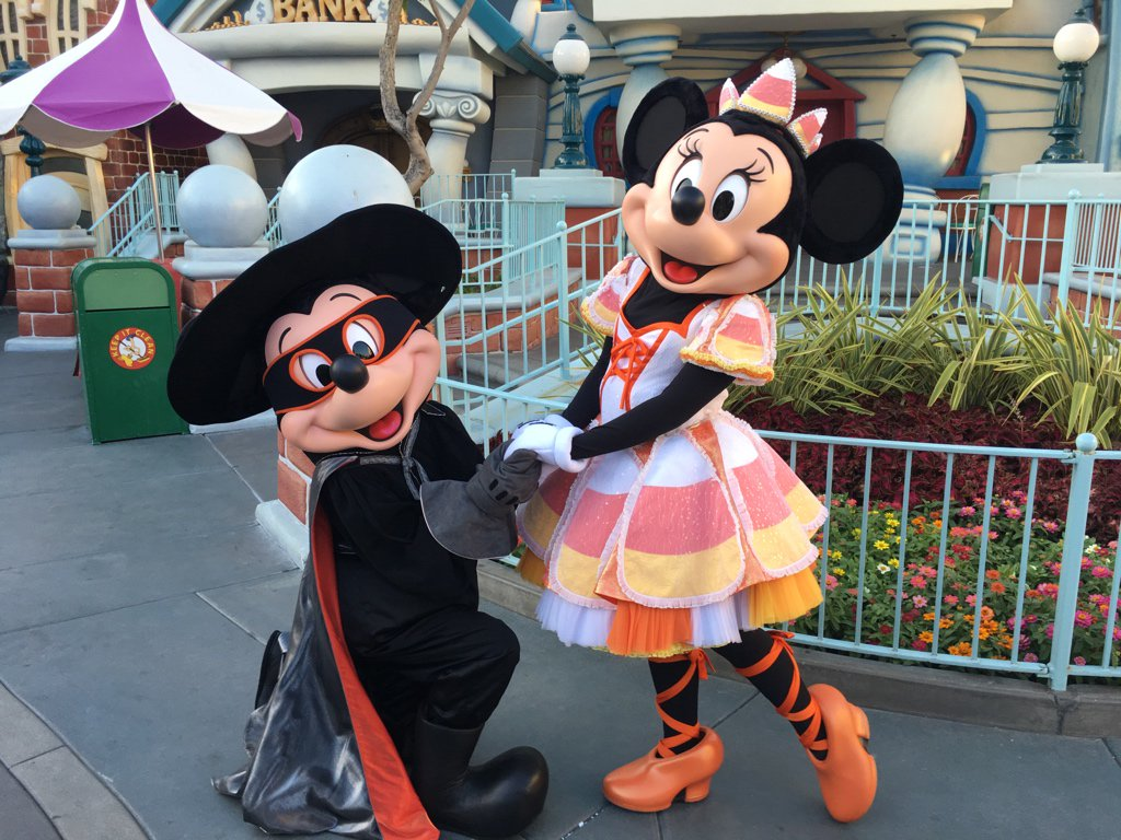 Mickey and Minnie meeting in Toontown during the Halloween Pre-Party. #disneyland https://t.co/2jCEHZRMME