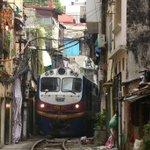 ベトナム国鉄ハノイ駅付近。 大幹線である南北線(統一鉄道)だが、駅を出発した途端にこんな路地裏を突き抜けてゆくから面白い。 #ヤンゴン発昆明行 https://t.co/H1uRqUGXrB