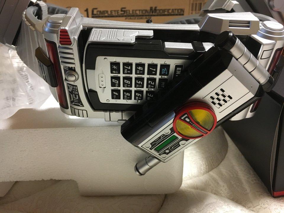 ファイズフォンがこの開き方をするということはカイザギアも発売する って解釈で、いいのかな? https://t.co/RUSbUxg1fI