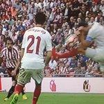 Descanso: mal el #SevillaFC, (cae 1-0 en Bilbao). Pudo ser peor si el árbitro pita penal en estas manos de Iborra https://t.co/anzpQwh25y