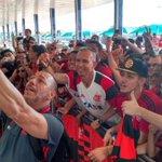 Selfie na chegada! Valeu, Nação! Amanhã tem #FLAxCRU no Klebão! 📸 Gilvan de Souza / Flamengo https://t.co/cxcSUuQY7I