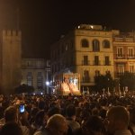 [#CoronacionPazSevilla] 22.09h Abarrotada la Plaza del Triunfo para ver a la Virgen de la Paz 📷 @naxovh https://t.co/8Vc7I5rnn7