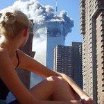 Модель отвлекается от фотосъемки 11 сентября, когда первый самолет врезается в одну из башен-близнецов. https://t.co/RJWvoJyFU6