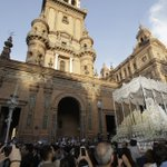 La Paz convirtió el otoño en primavera camino de la Catedral https://t.co/fP4001wu4C | Vía @pasionensevilla #Sevillahoy https://t.co/KSXmhDFRCJ