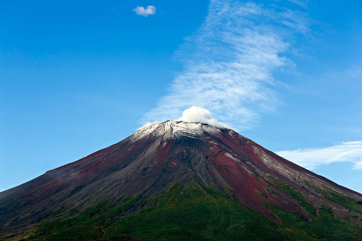 おはようございます。山中湖から朝の富士山。こちら側からは冠雪が見えていますが、甲府からはどうでしょうか?見えていれば初冠雪となりますね! 2016.9.25 #fujisan #富士山 #初冠雪 https://t.co/k8NagKp6Pw