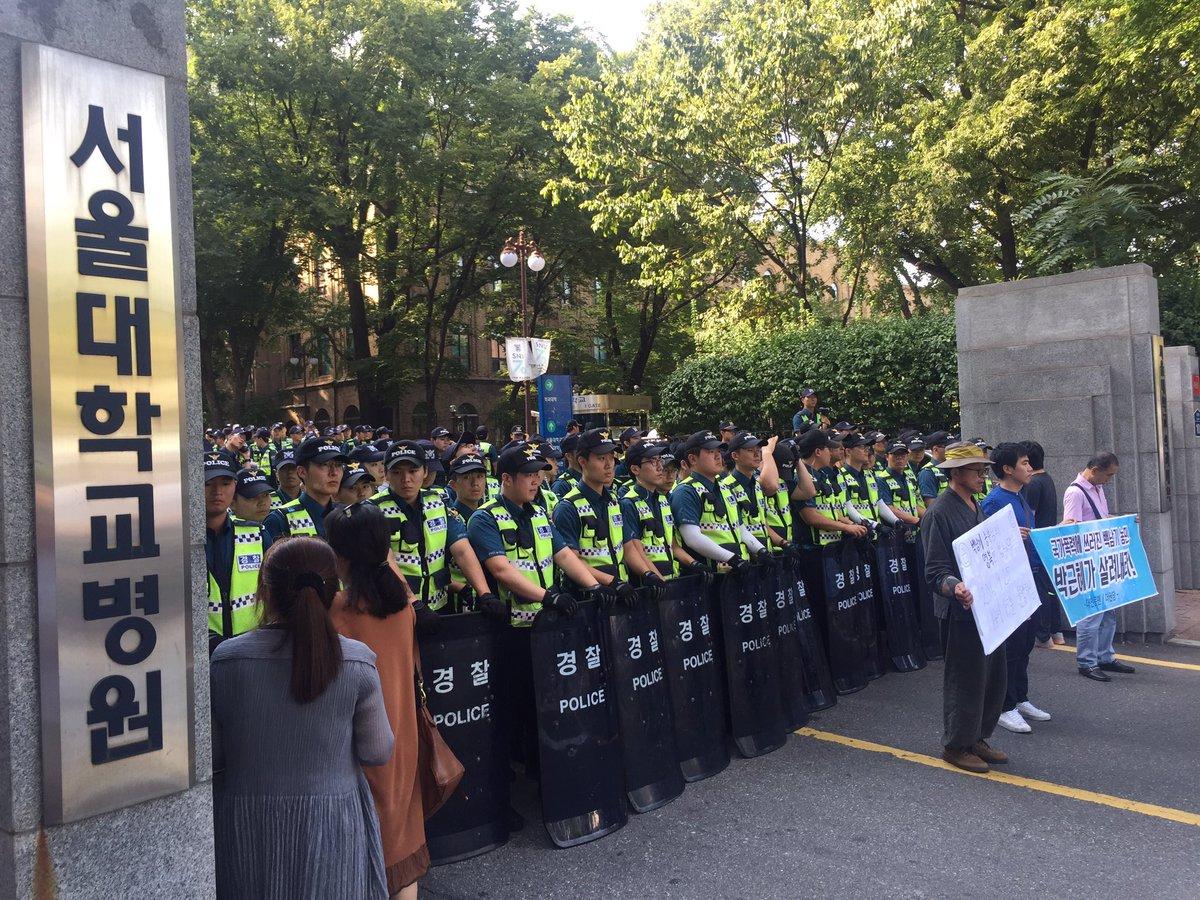 현장속보. 백남기 농민 돌아가셨단 소식에 경찰이 서울대병원을 장악했습니다. https://t.co/J9QoAYYs0G