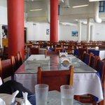Mi familia y yo fuimos a comer hoy pizza en un restaurante griego. Miren los puestos vacíos. https://t.co/TQbutiyGXs