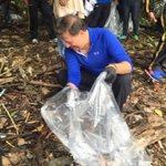 Ahora: Pdte. @JC_Varela se une a cientos de voluntarios en la limpieza de playas en Panamá Viejo. #PlayasLimpias https://t.co/PFRMpJFIQe