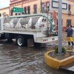 Inician desasolve en zona centro por #LluviaQro @QroMunicipio @pcmqro @SSPMQueretaro @poesqro https://t.co/JtLoUMXgPF