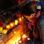 Люди несут цветы и свечи к управлению полиции в Днепре в память о погибших полицейских https://t.co/bWAYleKd0y https://t.co/8ZM4NJXTWR