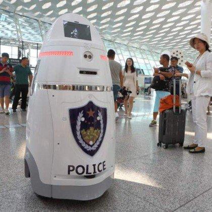 Robots armados empiezan a patrullar en uno de los mayores aeropuertos de China https://t.co/LA33KMo1ZB