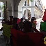 Vecinos de La Reserva se manifiestan en la entrada del Palacio Municipal de #Veracruz https://t.co/YTSbPm4CWP