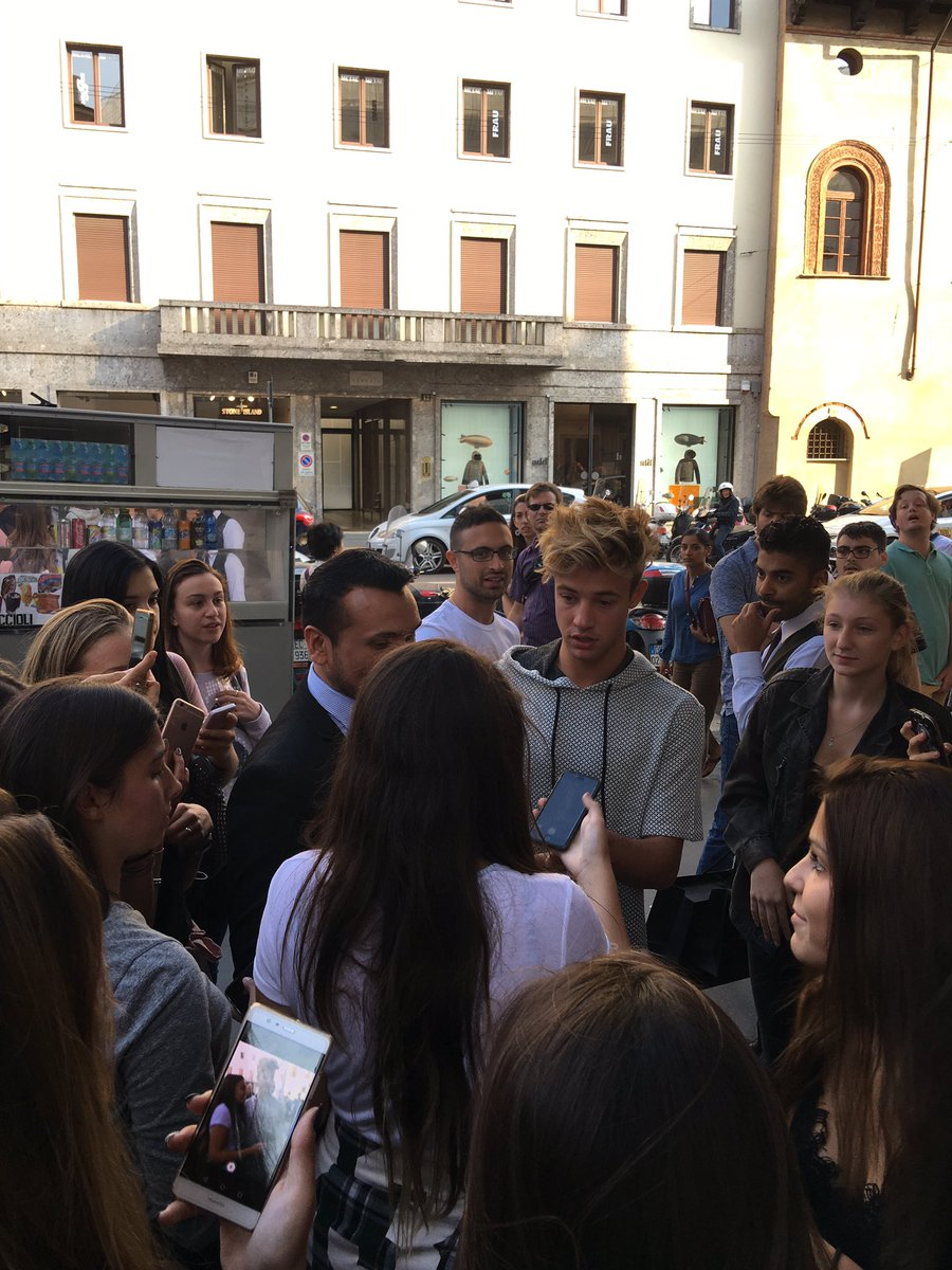 The @camerondallas Milan takeover continues. Here he is greeting fans at the foot of Via della Spiga #MFW https://t.co/RZ9eO7fGis