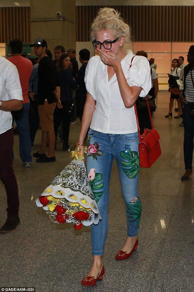 Fotos: Pixie Lott chegando no Brasil ontem. Mais fotos no site: https://t.co/UDbYLAPOyS https://t.co/s9J1YphN04