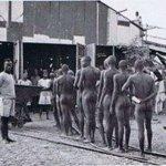 Wafanyakazi mgodi wa almasi Mwadui mwaka 1948 wakiwa wamevua nguo tayari kwa ukaguzi kudhibiti wizi wa madini hayo. https://t.co/0IG5rcYmpF