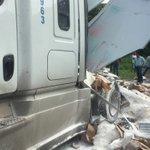Sigue bloqueo en carretera Veracruz-Xalapa frente a Tamsa, debido a que tren se llevó un tráiler. https://t.co/7AEahrkH2O