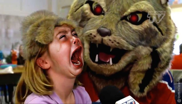 Oh my gosh, I found the un-Photoshopped version of that #Oilers mascot photo, poor little girl. @wyshynski https://t.co/1MuIt9VUq4