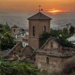 Puesta de sol desde la Iglesia de San Luis, en el Albaicín.. Foto de Rosa Carmen Sánchez #PlanesGranada https://t.co/4rl1U0rEKI