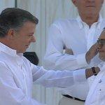 .@JuanManSantos obsequia una paloma de la paz a @Timochenko_FARC #FirmaDeLaPaz https://t.co/LwZNjrmInk https://t.co/5kYd3q46cm