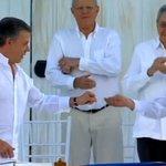.@JuanManSantos le entrega el broche de la paloma de la paz a @Timochenko_FARC #FirmaDeLaPaz https://t.co/hxCEbrND21