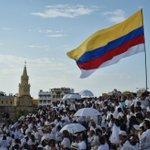 """""""¡No más guerra!"""", gritan los colombianos que asistieron a la #FirmaDeLaPaz https://t.co/YlyEhyEWuF #AConstruirLaPaz https://t.co/13VbpiI6CG"""