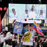 Desde los televisores, celulares y pantallas gigantes los colombianos vieron la histórica ceremonia de #FirmaDeLaPaz (Foto: @AFPespanol) https://t.co/eCOFtb1eho