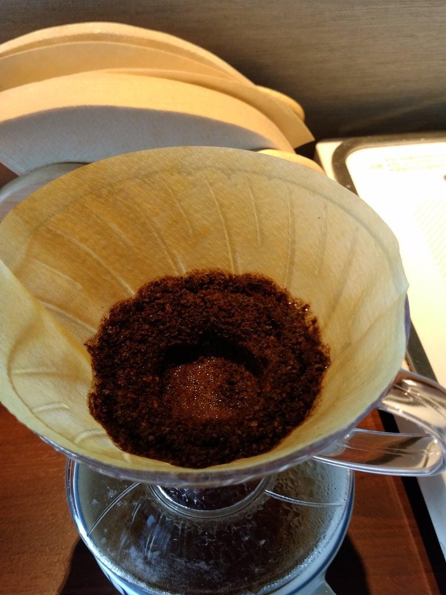 先週はコーヒーのツイートが多かったので一言だけ。 円錐方ドリッパーで淹れる場合、淹れた後の豆がこんな感じに土手が出来るようにすると、味がワンランク上がりますよ。穴をめがけて五百円玉くらいの大きさにゆっくりとお湯を注ぐ感じで。 https://t.co/rSLwv6rRro